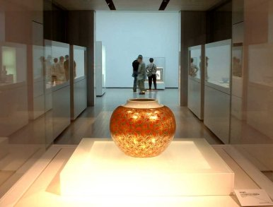 Kenkichi Tomimoto masterpiece of a jar in overglaze gold and silver